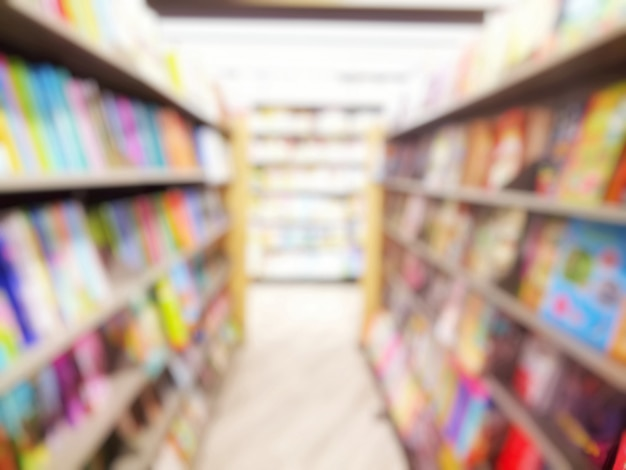 Offuscata di interni della biblioteca con libri in scaffali. istruzione e concetto di giorno del libro.