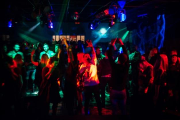 Offuscata folla di persone a una festa in un concerto dal vivo