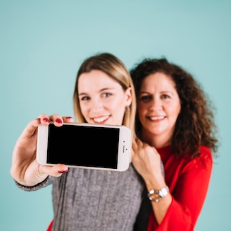 Offuscata madre e figlia in posa per selfie