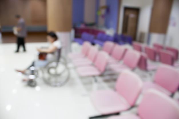 Offuscata paziente seduto sulla sedia a rotelle in attesa di vedere il medico