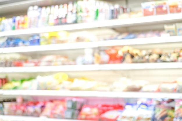 Offuscata, sfocatura prodotti sugli scaffali al negozio di alimentari, concetto di business
