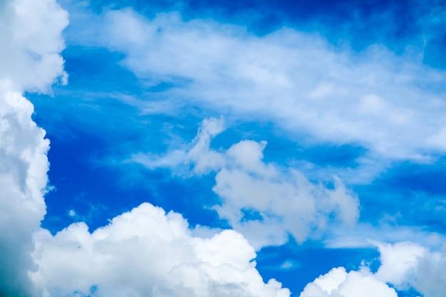 Offuschi il sole bianco della nuvola del mucchio in nuvola molle del cielo blu dell'estate