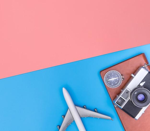 Oggetti accessori da viaggio e gadget vista superiore flatlay su blu giallo