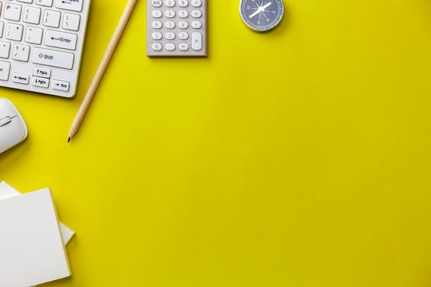 Oggetti business su sfondo giallo, concetto di direzione aziendale