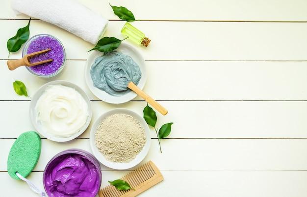 Oggetti cosmetici per le procedure termali su uno sfondo bianco. messa a fuoco selettiva