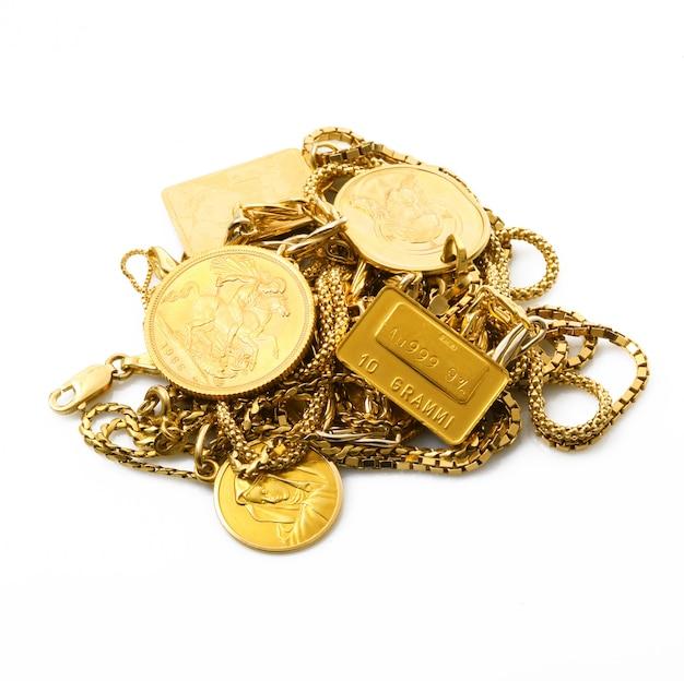 Oggetti d'oro su sfondo bianco