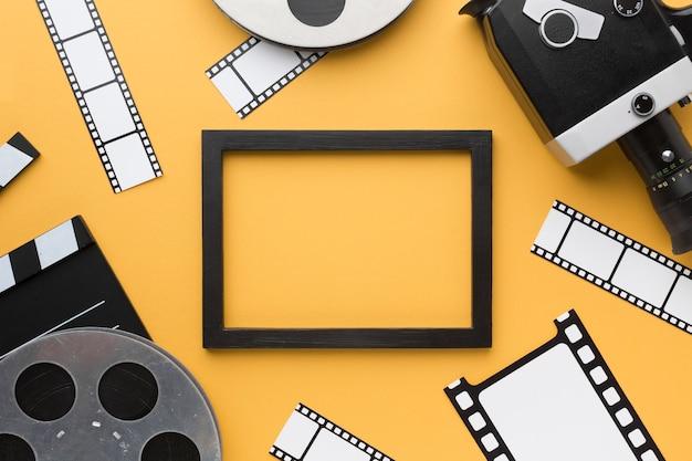 Oggetti del cinema su sfondo giallo con cornice nera