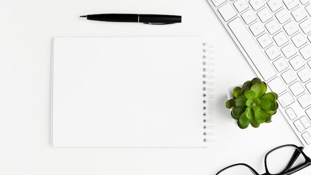 Oggetti dello scrittorio di vista superiore su fondo bianco