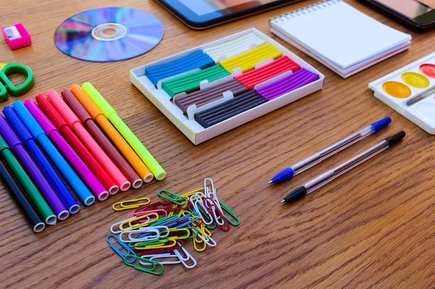 Oggetti di cancelleria. forniture per ufficio e scuola sul tavolo. di nuovo a scuola.