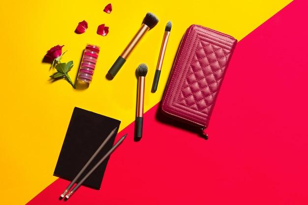 Oggetti di moda sul tavolo giallo e rosso