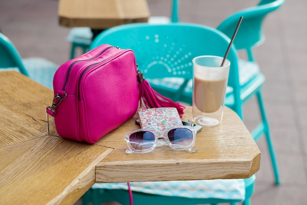 Oggetti disposti sul tavolo nel caffè della città in strada
