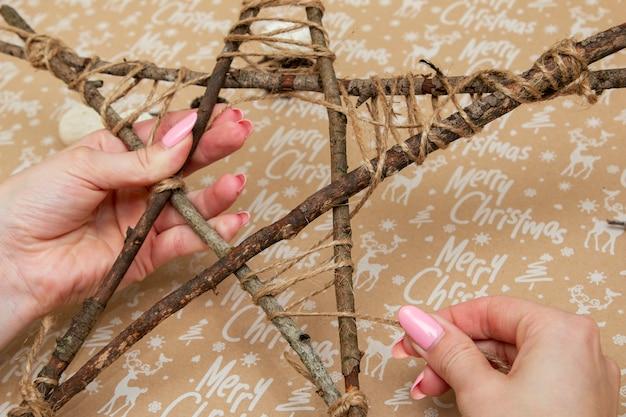 Oggetti fatti a mano per albero di natale stella con la scritta buon natale