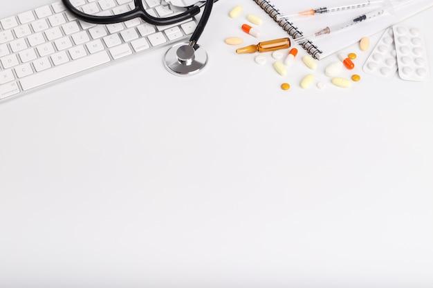 Oggetti medicali e tastiera