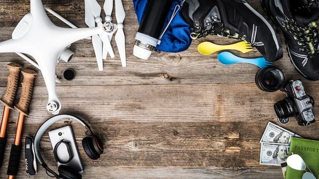 Oggetti per viaggi d'avventura: quadricoptero, bastoncini da trekking, scarpe da trekking