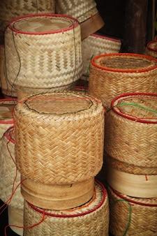 Oggetto artigianale. basketwork di bambù, contenitore di riso appiccicoso. fatto a mano asiatico.