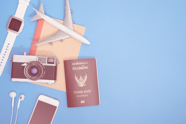 Oggetto di viaggio moderno dei pantaloni a vita bassa sullo spazio blu della copia per il concetto di viaggio
