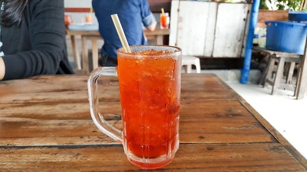 Oh liang o thai caffè nero ghiacciato in un grande bicchiere. girato dal cellulare.