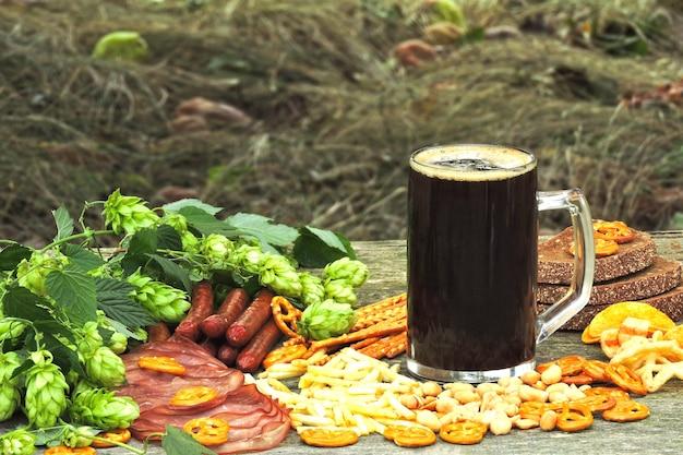 Oktober fest. bicchiere di birra e snack di birra.