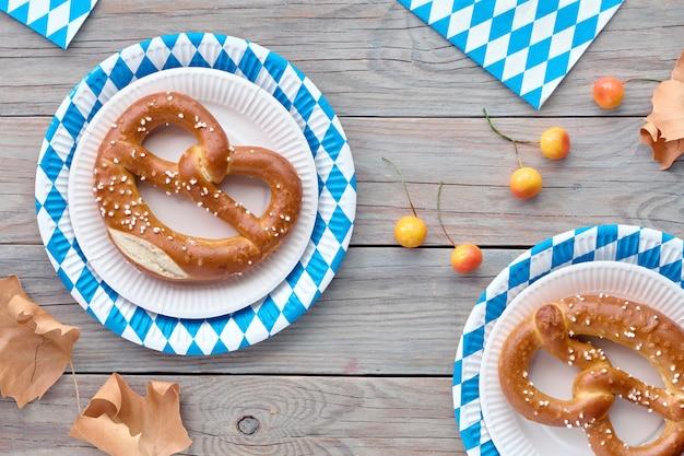 Oktoberfest rustico con prezels in piatti di carta