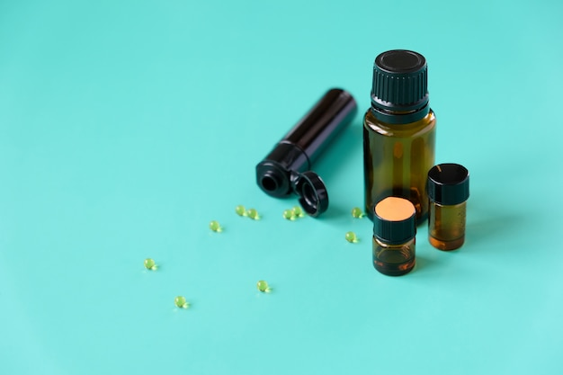 Oli essenziali, aromaterapia varie bottiglie su sfondo blu. concetto di aromaterapia e profumi