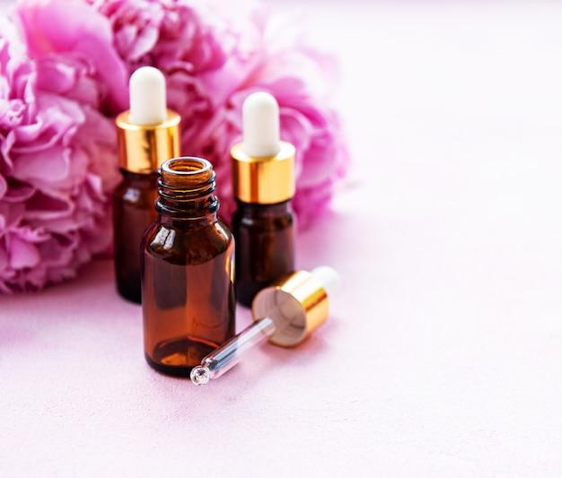 Oli essenziali per aromaterapia e peonie rosa