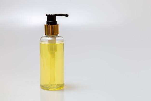 Oli essenziali posizionati su un tavolo bianco. concetto di spa