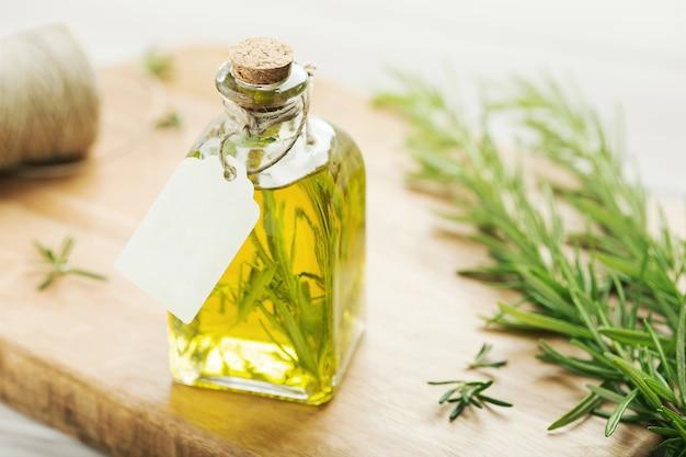 Olio alle erbe su bottiglia di vetro con etichetta vuota