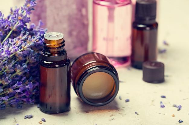Olio aromaterapico e lavanda
