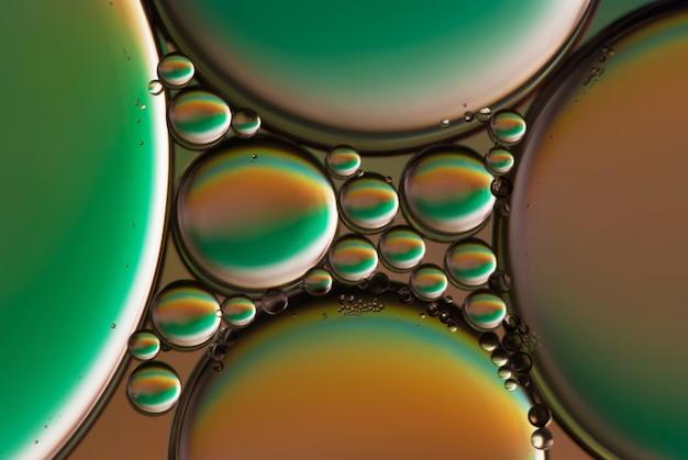 Olio astratto immagine cade in acqua. fotografia da vicino