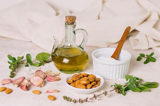 Olio d'oliva con composizione di ingredienti per cucinare
