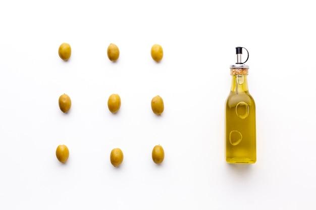 Olio d'oliva con disposizione di olive gialle