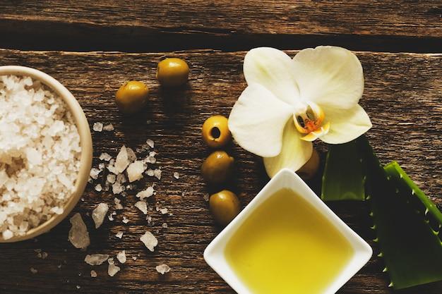 Olio d'oliva con fiori e sale