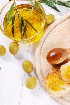 Olio d'oliva con pane e cucchiaio