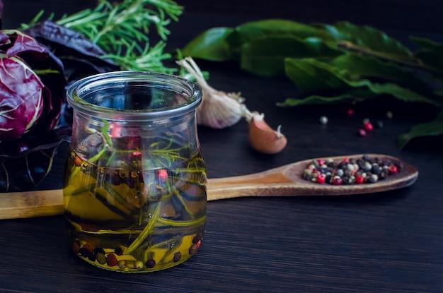 Olio d'oliva con rosmarino, aglio e pepe
