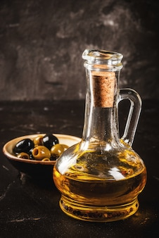 Olio d'oliva dorato con olive