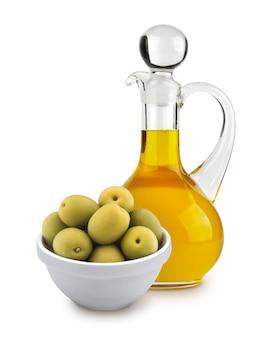 Olio d'oliva e olive verdi isolati su fondo bianco
