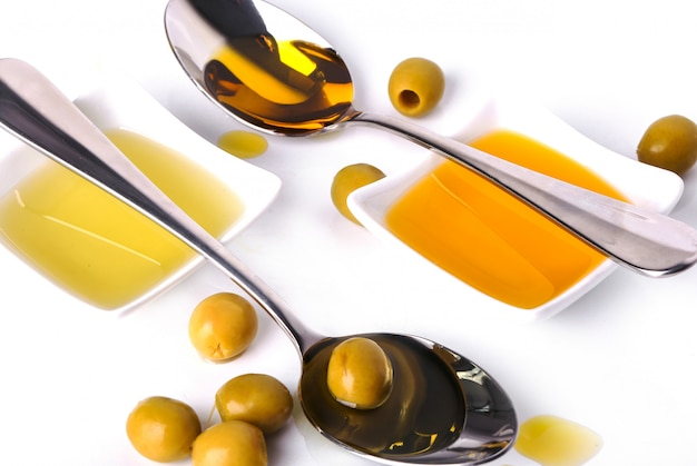 Olio d'oliva in ciotola e cucchiai