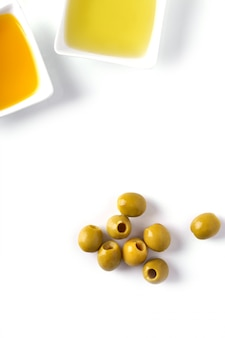 Olio d'oliva in ciotola e olive