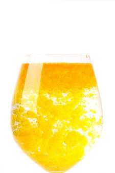 Olio d'oliva in un bicchiere d'acqua