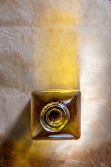 Olio d'oliva in una bottiglia di vetro