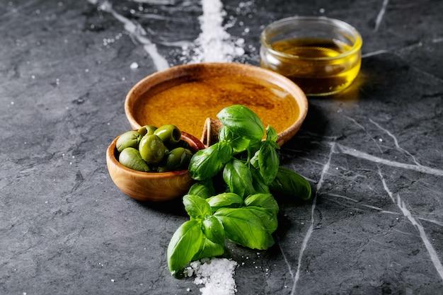 Olio d'oliva in una ciotola di ceramica