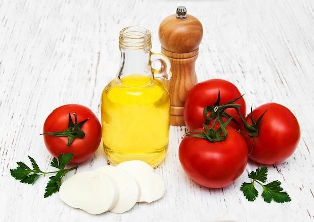 Olio d'oliva, mozzarella e pomodori