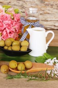 Olio d'oliva per la salute su fondo di legno