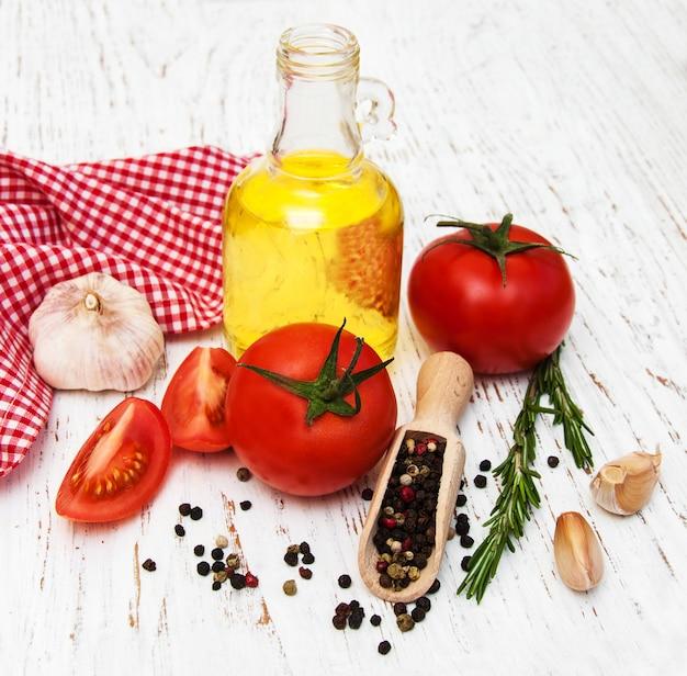 Olio d'oliva, pomodoro e aglio