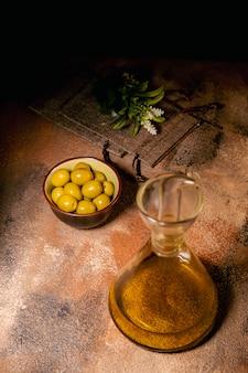 Olio d'oliva sul tavolo di legno