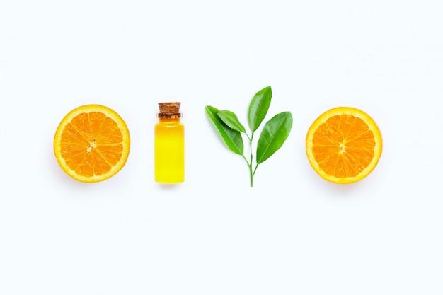Olio di agrumi naturale con frutta e foglie verdi arancio fresche su fondo bianco. alta vitamina c.