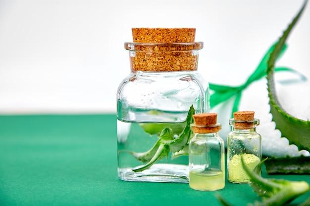 Olio di aloe vera in bottiglia di vetro e asciugamano per spa