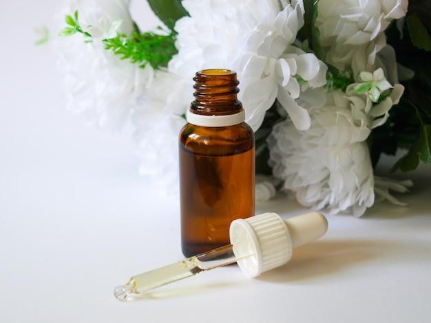 Olio di argan con sfondo floreale.