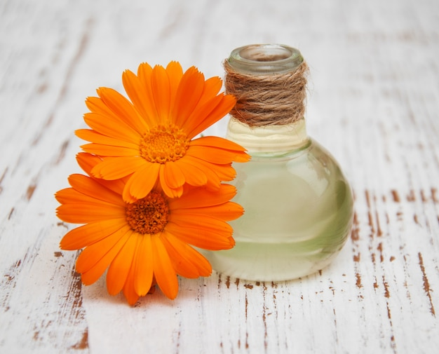 Olio di calendula in una bottiglia di vetro