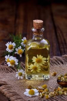 Olio di camomilla con erbe secche